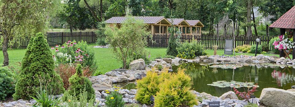 Detail na jazierko s rybami a v pozadí domčeky pre zvieratká